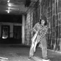 06-Gordon-Matta-Clark-mentre-installa-Walls-Paper-1972-a-112-Greene-Street-