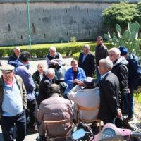 02-I-frequentatori-della-piazza-discutono-sul-monumento.-Etica-estetica-e-grammatica-del-monumento-al-cadere-Palermo-2017-foto-DS-Shines